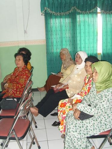 Anggota PSKM (Paguyuban Sehat Kencing Manis) menikmati materi Katarak Diabetes