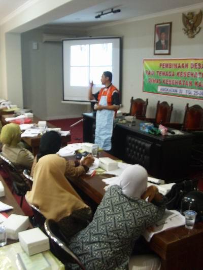 Pak Zainul memperagakan Alat Perlindungan Diri (APD)