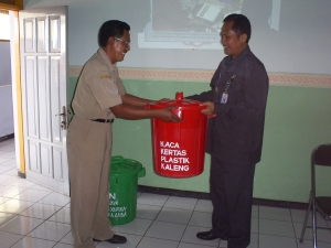 Penyerahan tempat sampah organik dan anorganik