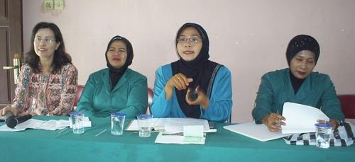 dr. Lani, SpR, Ibu Camat Mojoagung dan Ibu-ibu PKK