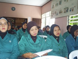 Ibu-ibu PKK Mojoagung menyimak penjelasan flu babi