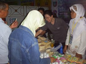 Pengunjung stan Puskesmas Mojoagung