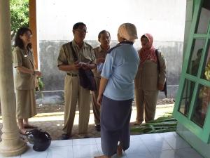 Kepala Puskesmas (dr. Lani) & Tim berkunjung ke rumah salah satu warga Desa Murukan (bu. Rumadi)